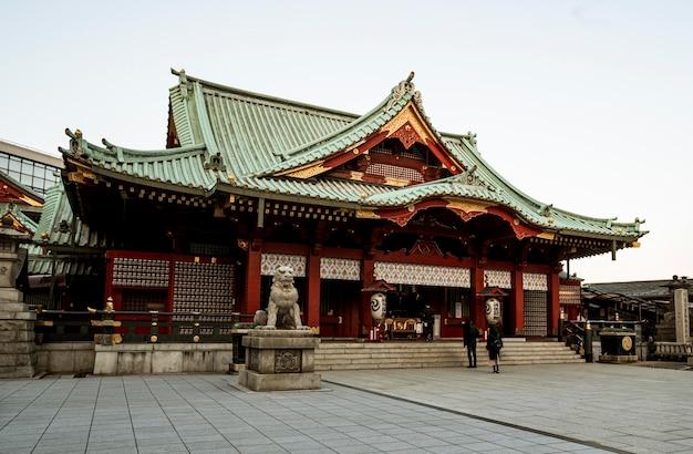 Impressionnant temple en bois japonais traditionnel