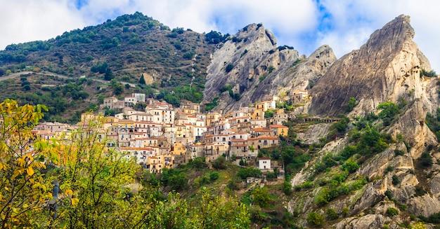 Impressionnant village sur les rochers castelmezzano, basilicate, italie