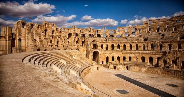 Les impressionnantes ruines du plus grand colisée d'afrique du nord, un immense amphithéâtre romain dans le petit village d'el jem, en tunisie. patrimoine mondial de l'unesco