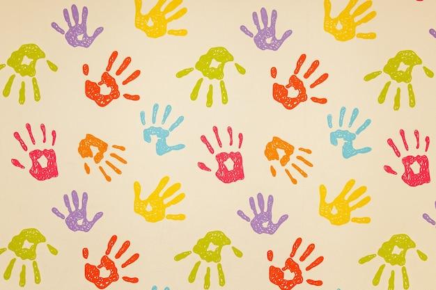 Impressions multicolores de mains d'enfants