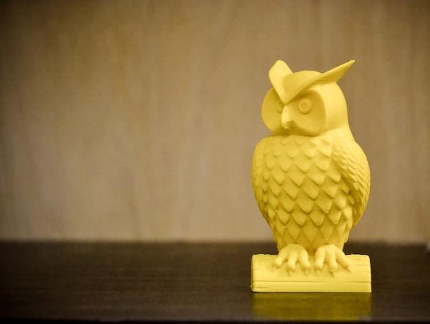 Imprimante 3d imprimant un gros plan de figure jaune
