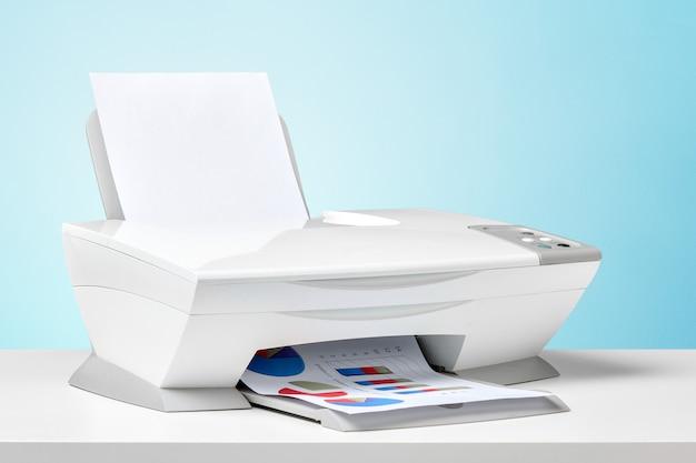 Imprimante sur un bureau blanc