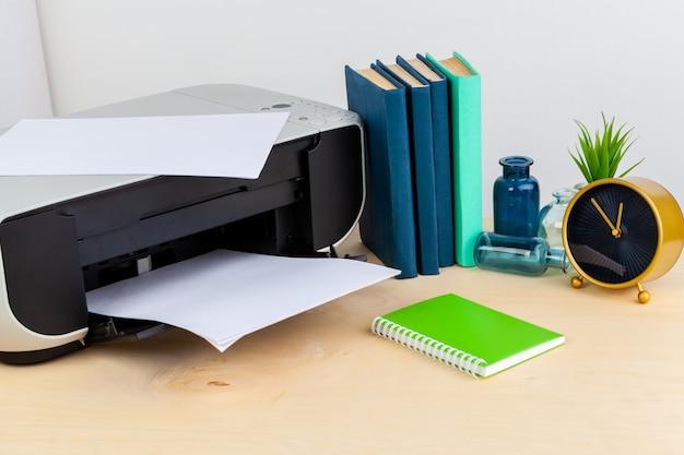 Imprimante de bureau gros plan sur une table en bois
