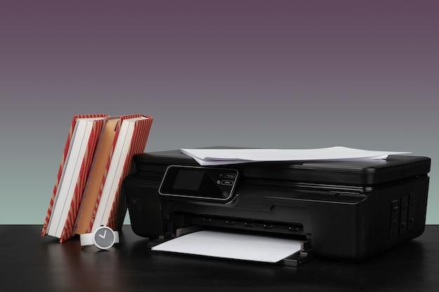 Imprimante laser domestique compacte sur fond gris