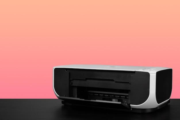 Imprimante laser domestique compacte sur fond rose