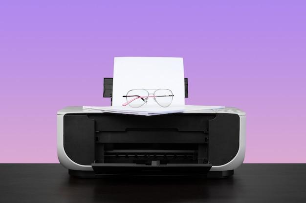Imprimante laser à domicile sur le bureau contre fond violet