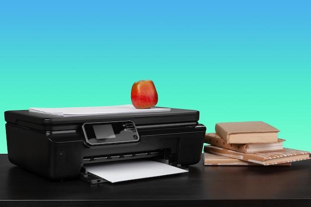 Imprimante laser à domicile sur le bureau sur fond vert