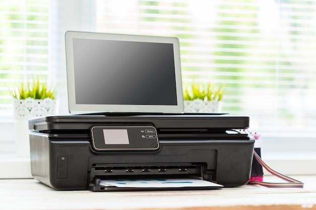 Imprimante et ordinateur. table de bureau