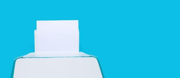 Imprimante et papier sur surface bleue