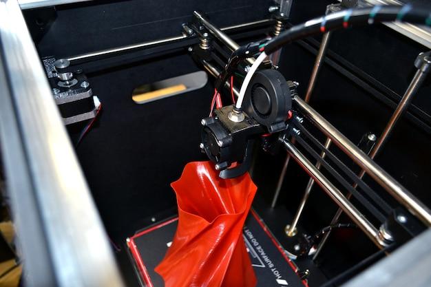 L'imprimante tridimensionnelle automatique effectue du plastique