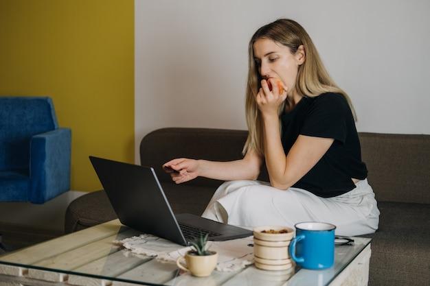 Impulsion d'achat en ligne shopping fast fashion accro du shopping dépenser de l'argent concept jeune femme à la maison