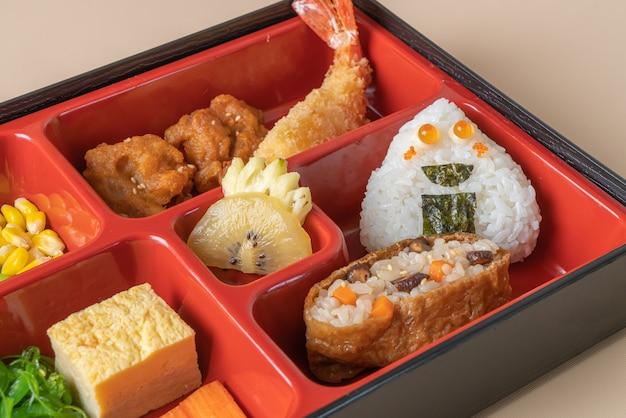 (inari sushi) riz à sushi enveloppé dans du tofu séché avec crevettes frites et poulet frit dans un ensemble bento - cuisine japonaise