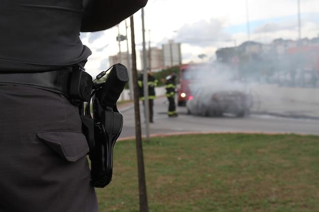 Incendie dans un bus collectif et pompiers éteignant la flamme vive