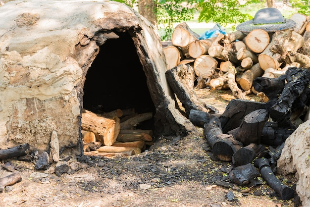 Incinérateur de charbon de bois sur le terrain
