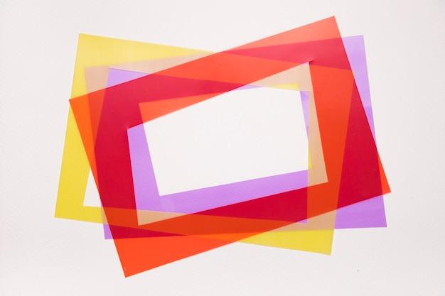 Inclinaison rouge; cadre jaune et violet sur fond blanc