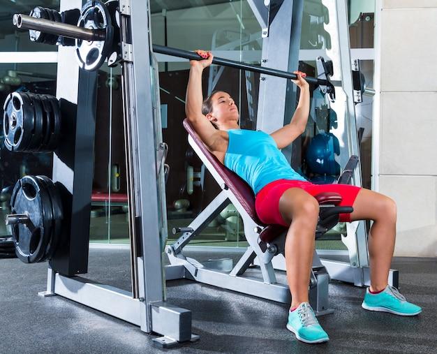 Incline barbell bench press femme en multipower