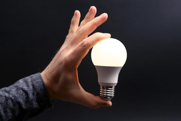 Inclus une nouvelle lampe à led dans la main humaine