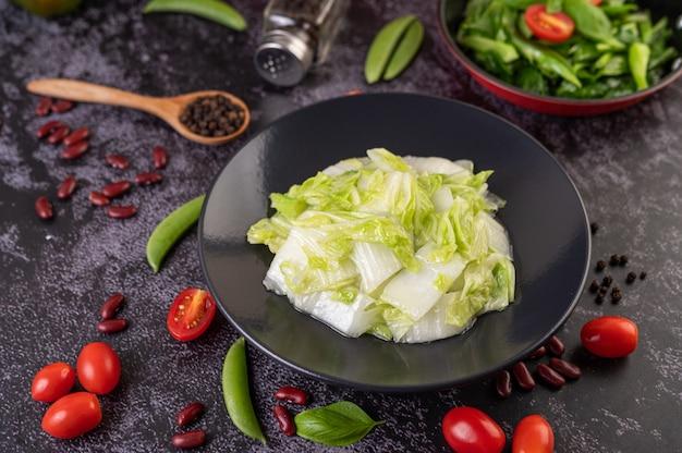 Incorporer le chou chinois frit avec la sauce aux huîtres.