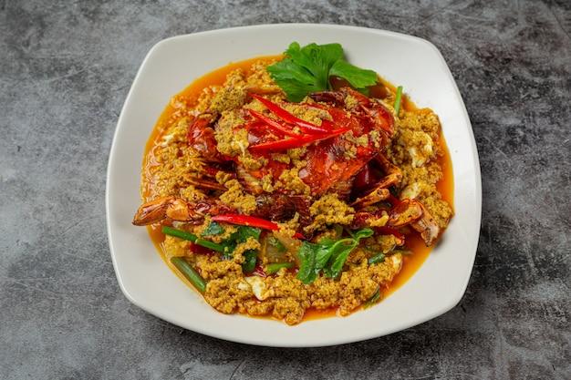 Incorporer le crabe frit au curry en poudre beaux plats d'accompagnement.