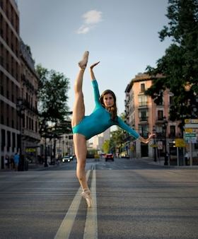 Incroyable ballerine dansant dans la rue