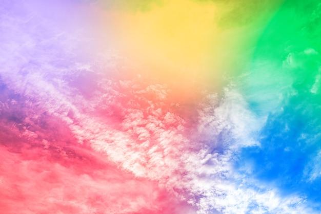 Incroyable beau ciel d'art avec des nuages colorés