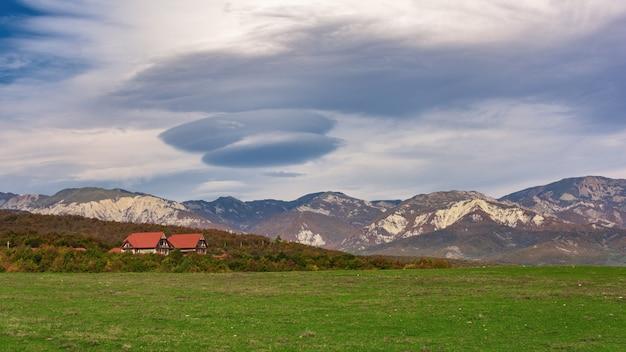 Incroyable beau nuage au-dessus de la chaîne de montagnes