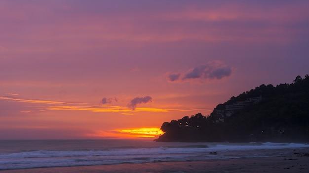 Incroyable belle lumière de la nature ciel dramatique sur le coucher du soleil ou le lever du soleil sur la mer tropicale.