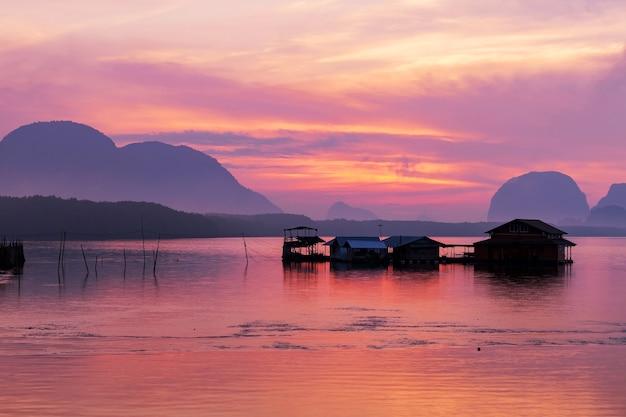Incroyable belle lumière de la nature ciel dramatique marin au coucher du soleil ou au lever du soleil