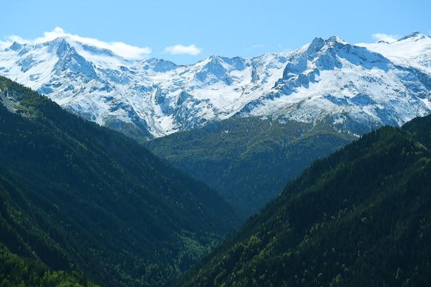 Incroyable chaîne de montagnes du caucase dans la région de svaneti, géorgie