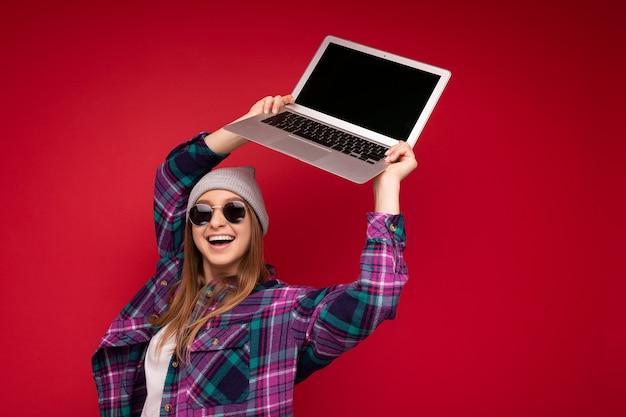 Incroyable charmante belle rire drôle souriante blonde jeune femme tenant un ordinateur portable avec