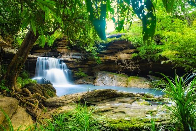 Incroyable chute d'eau de pralie, cascade sur des rochers moussus à kalasin, thaïlande