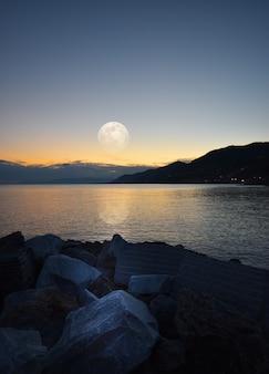 Incroyable clair de lune reflété sur la mer en ligurie