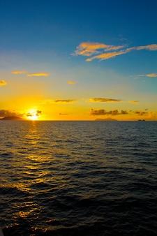 Incroyable coucher de soleil coloré sur l'île exotique des seychelles
