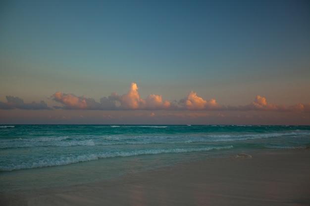 Incroyable coucher de soleil coloré sur la plage tropicale au mexique