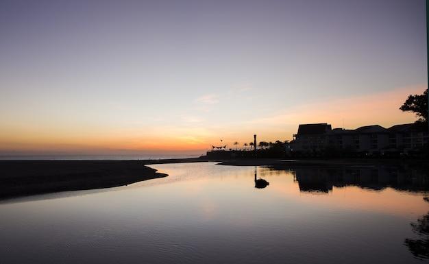 Incroyable coucher de soleil fermé sur l'océan. le soleil se couche dans l'eau.