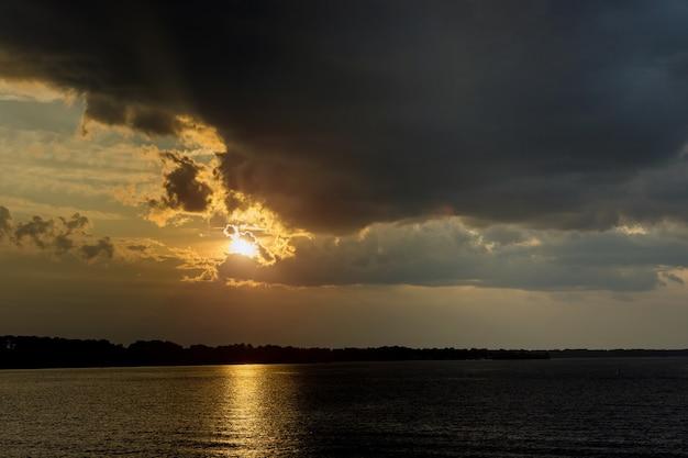 Incroyable coucher de soleil avec horizon coloré sans fin océan magnifique cloudscape.