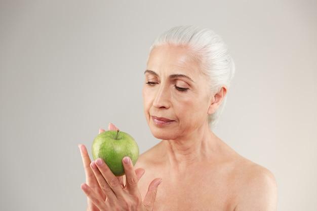 Incroyable femme âgée nue tenant la pomme.