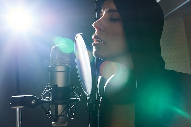 Incroyable fille chantant à l'arrière éclairé