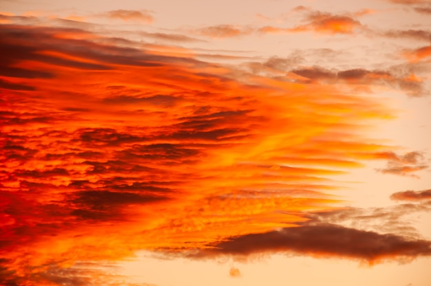 Incroyable formation de nuages cirrus dans des tons de couleurs chaudes éclairées par une lumière du soleil magique