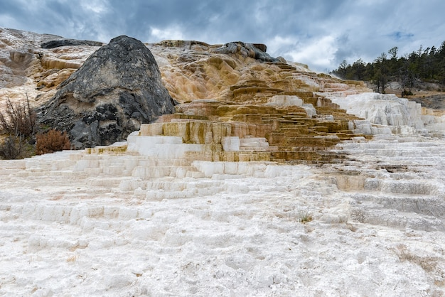 Incroyable formation unique mammoth hot springs dans le parc national de yellowstoone