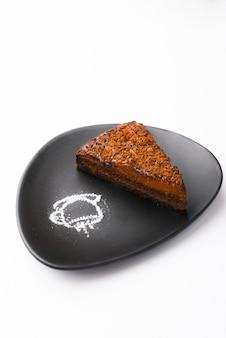 Incroyable gâteau au chocolat savoureux et délicieux sur une surface blanche