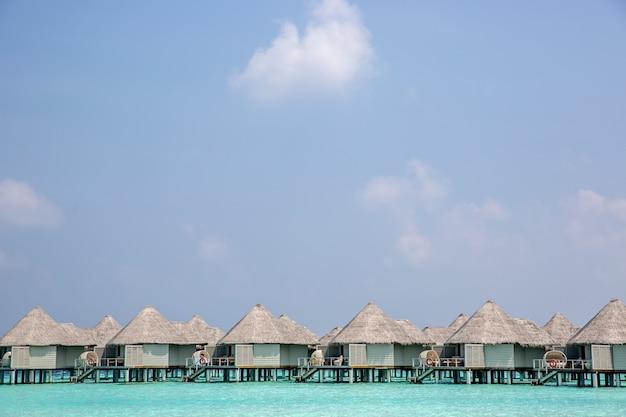 Incroyable hôtel au paradis avec des bungalows au-dessus de l'eau