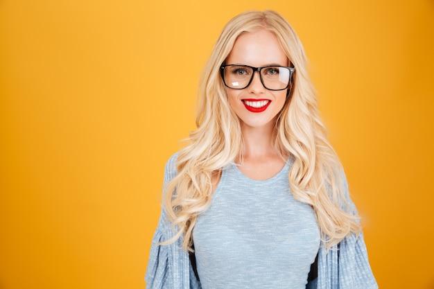 Incroyable jeune femme blonde heureuse