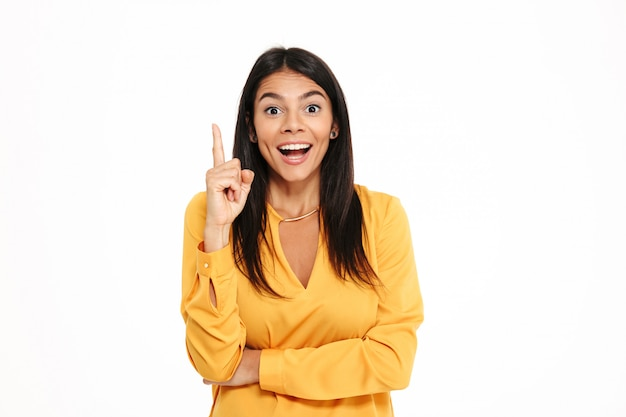 Incroyable jeune femme heureuse en chemise jaune ont une idée.