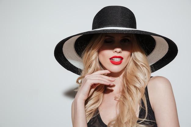Incroyable jeune femme avec des lèvres de maquillage vives