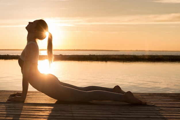 Incroyable jeune femme sportive fait des exercices de yoga.