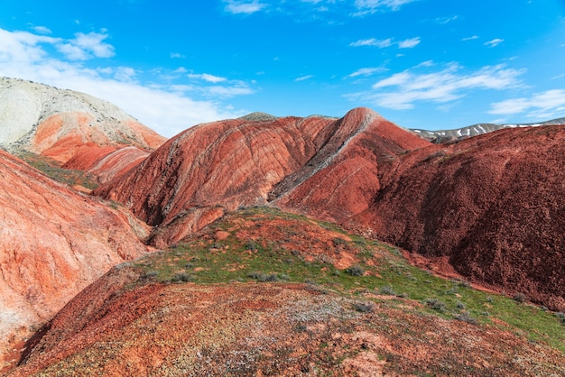 Incroyable magnifique paysage de montagnes rouges