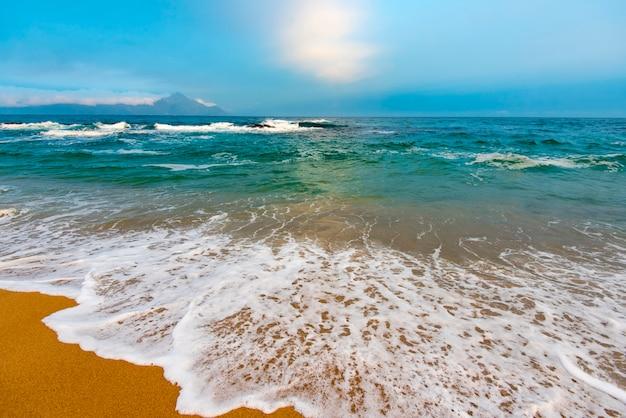 Incroyable mer égée dans la soirée