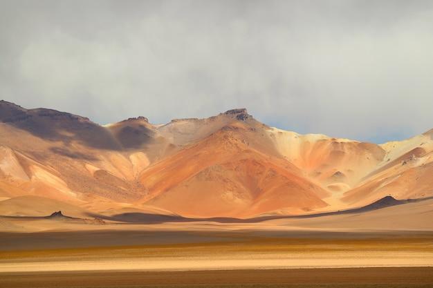 Incroyable paysage du désert de salvador dali, également connu sous le nom de vallée de dali en bolivie