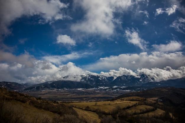 Incroyable paysage de montagnes contre le ciel